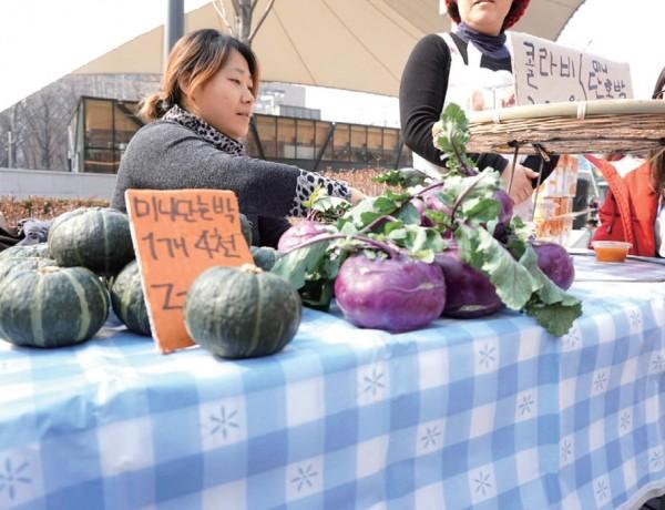 농부시장은 농민이 판매자가 되는 가장 단순한 형태의 로컬푸드 유통공간이다.