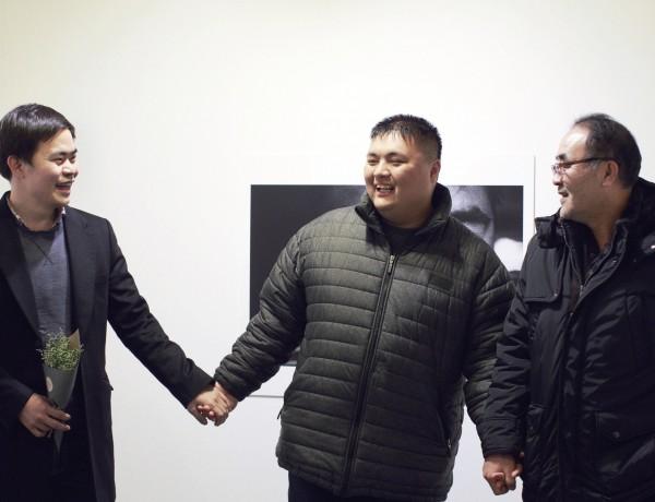 제5회 온빛사진상 수상자 하상윤 씨와 사진의 주인공 이균도, 이진섭 씨 부자. (왼쪽부터)