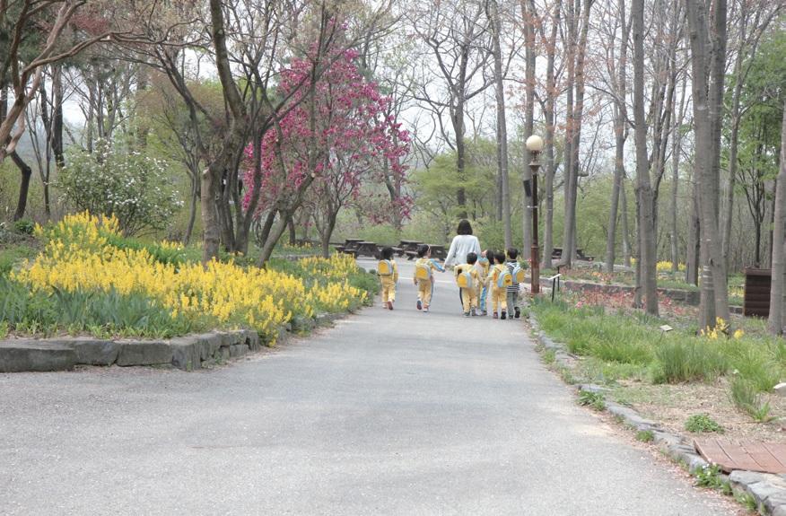 다음 세대인 어린이들이 식물원에서 자연의 생성, 성장, 소멸의 과 정과 생명의 소중함을 자연스럽게 배운다.