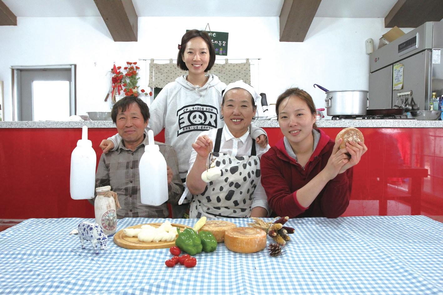 은아목장의 볼거리는 다름 아닌 가족이다. 남편 김상덕 씨와 큰딸 지은 씨(왼쪽 두번째), 작은딸 지아 씨(맨 오른쪽).