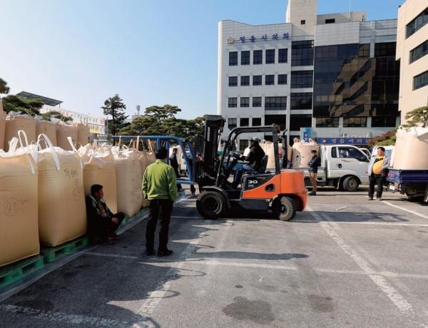 지난해 9월 30일 정부의 쌀 관세화 선언 직후 쌀값마저 형편없자, 농민들은 1톤 나락을 적재하며 대책을 촉구했다.