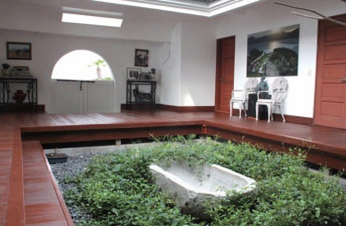 사택의 안. 마루로 둘러싸인 마당은 지중해식 정원으로 꾸며져 있다.