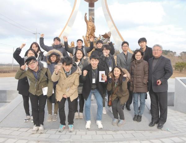 전북 정읍 동학혁명기념탑 앞에서 허수종 샘골농협조합장과 함께 Ⓒ대산농촌재단