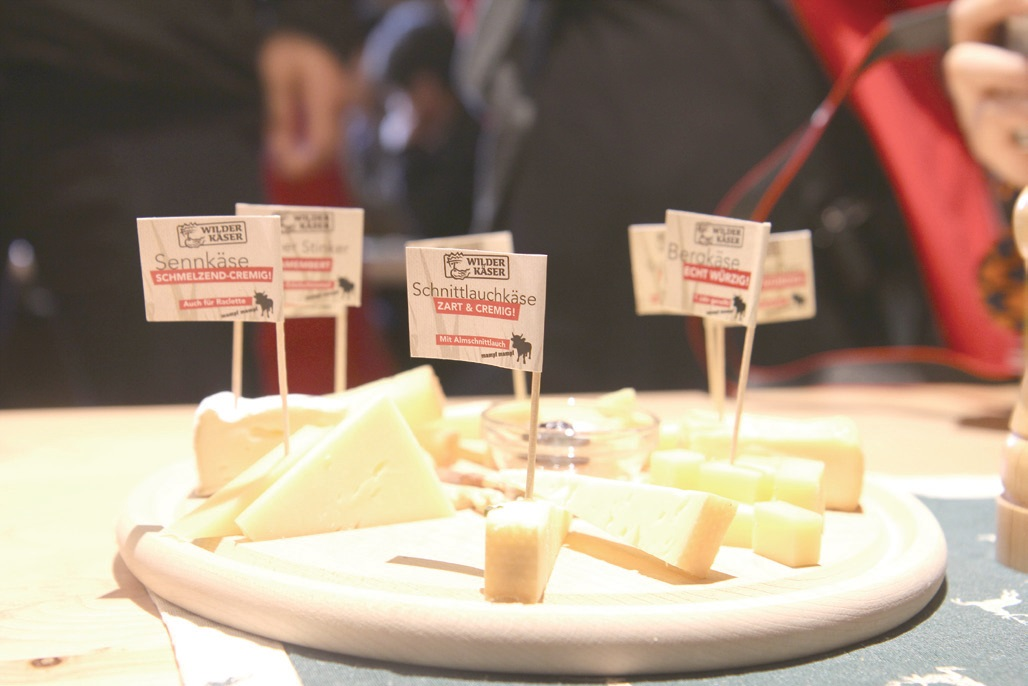 빌더 케제 치즈 공방에서는 다양한 종류의 고품질 치즈를 맛보고 고를 수 있다.