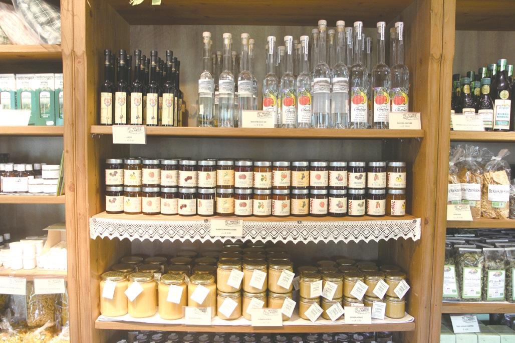 치즈공방 한쪽에는 지역에서 생산한 다양한 가공품들이 진열되어 있다.