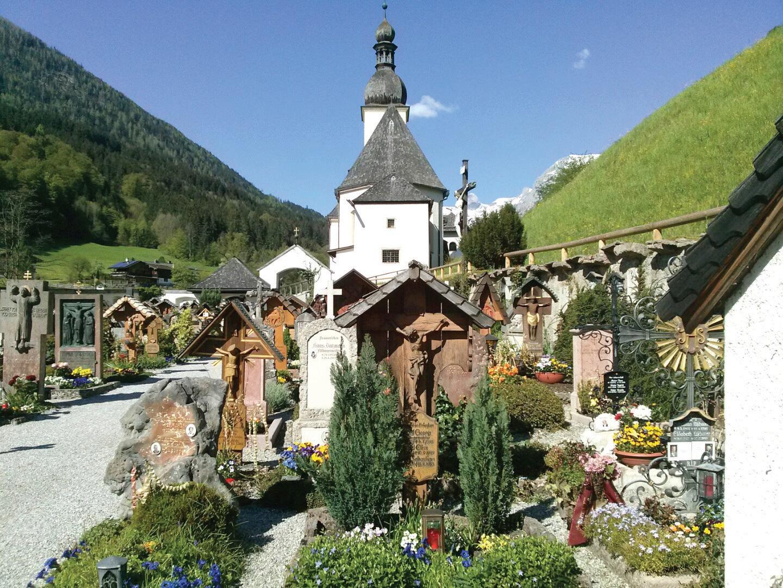 독일 람사우교회와 가족묘지. 묘지 앞 한 뼘의 공간은 정성이 깃든 정원이다.