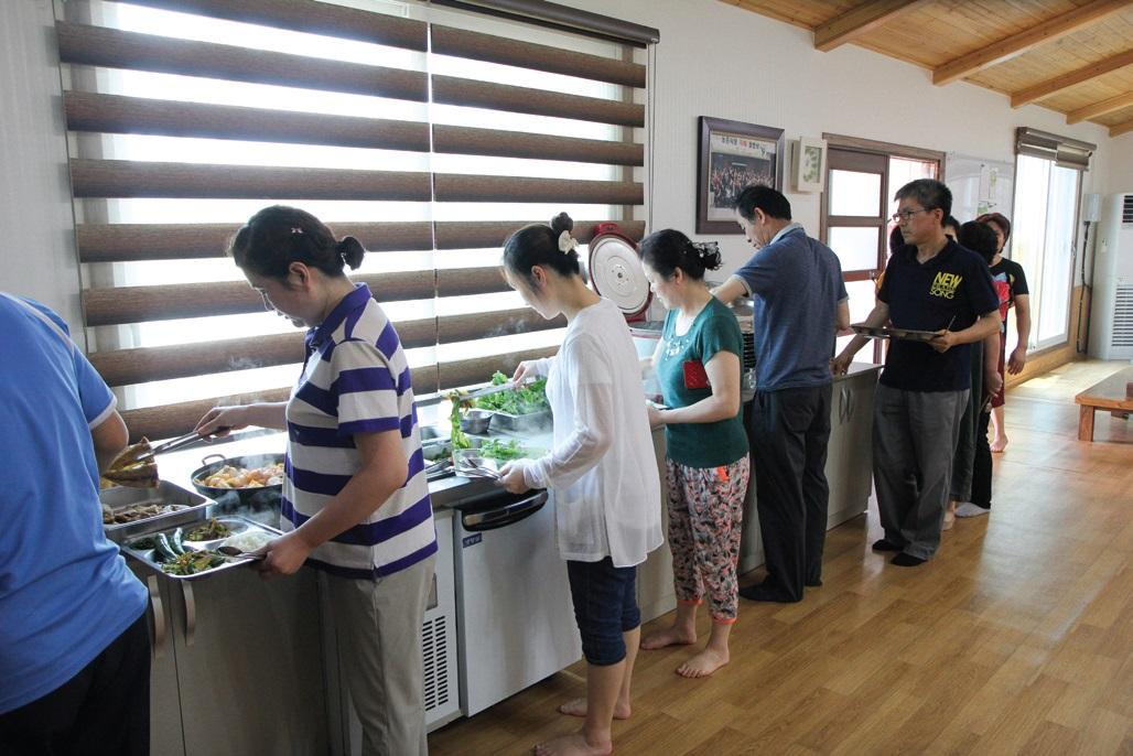 행복한 공동체 한 끼 밥상은 지역농산물을 지역에서 소비하자는 의미에서 시작했다.