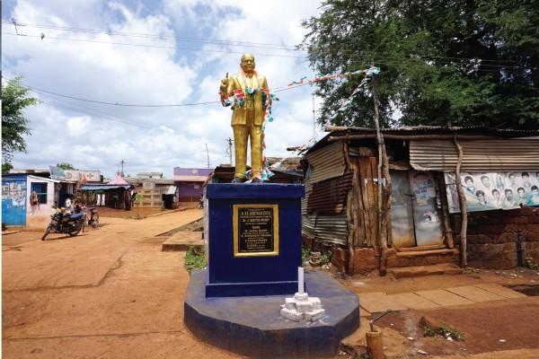 인도 헌법을 만든 달리트 출신 정치가 암베드카르 동상