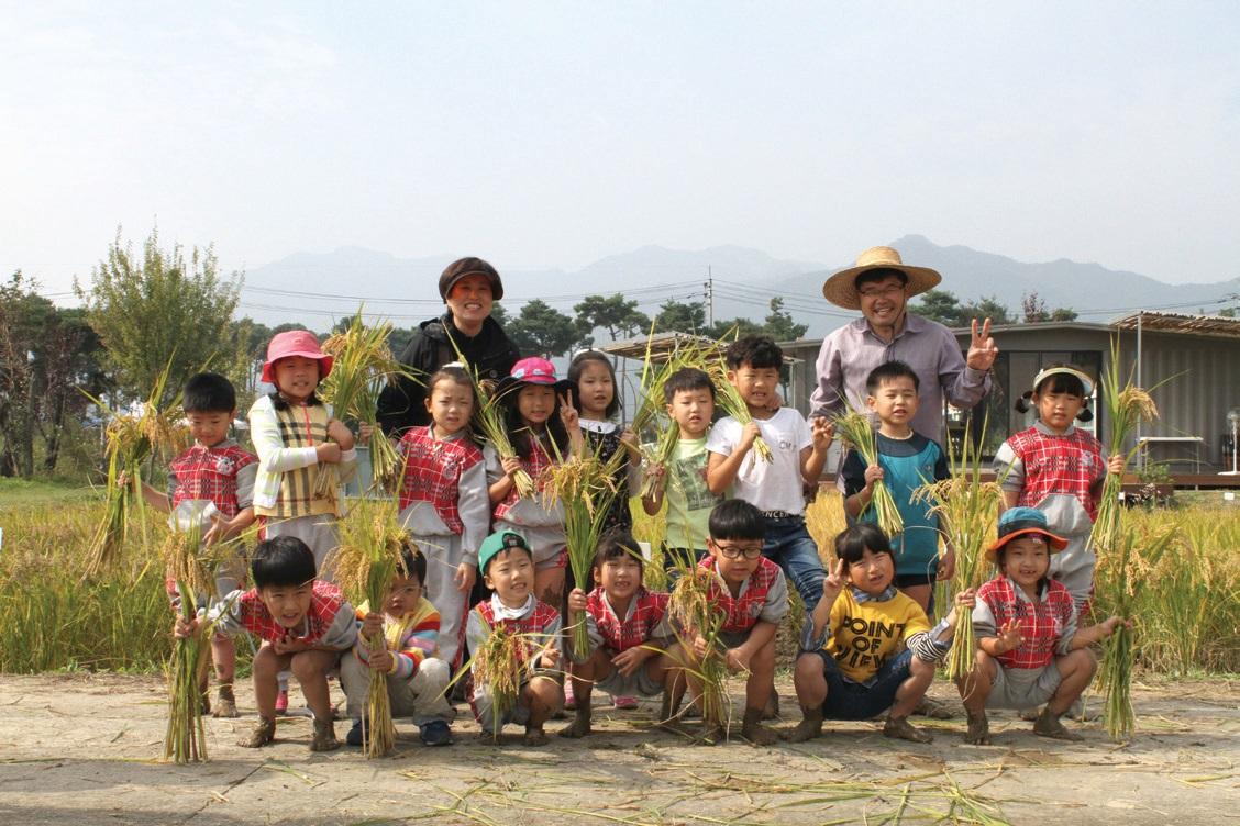 이동현 대표는 해마다 어린이들과 함께 추수한다. ©이동현