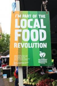 빅토리아 파머스마켓 협회가 인증하는 '로컬푸드 혁명의 일원'임을 알리는 표지판. 출점자의 70% 이상이 로컬푸드 생산자여야 협회에서 인증한 로컬푸드 시장이 된다.
