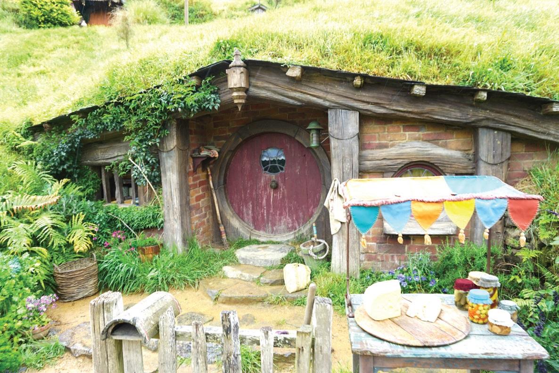 집 앞 마당에는 집주인의 직업과 생활을 예측할 수 있는 다양한 소품들이 있다.