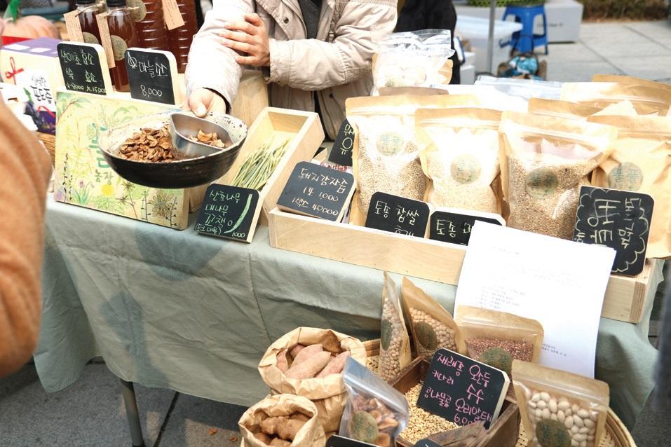 농민시장에 온 사람들은 농민이 생산한 먹거리를 직접 맛보며 자연스럽게 이야기를 나누게 된다. _ 마르쉐@