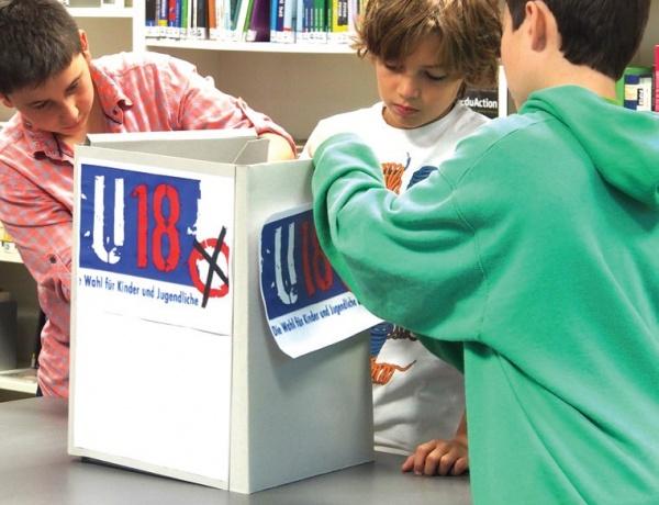 독일의 어린 학생들이 U-18 모의투표를 위해 투표함을 만들고 있는 모습이다. ⒸSPI(베를린사회교육연구재단)