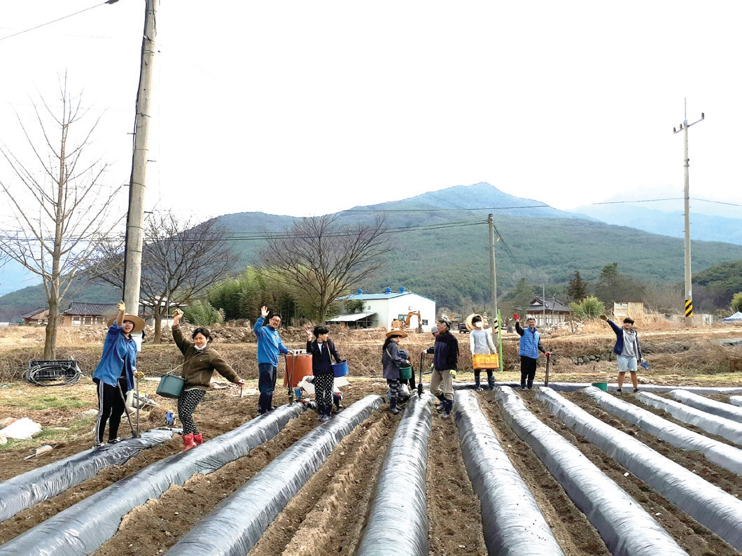인드라망대학, 실상사 작은학교, 한생명, 실상사 네 곳에서 모인 산내면의 '작은 공동체' 식구들은 매주 수요일 실상사 농장에 모여 농사일을 함께 한다. ⓒ한생명