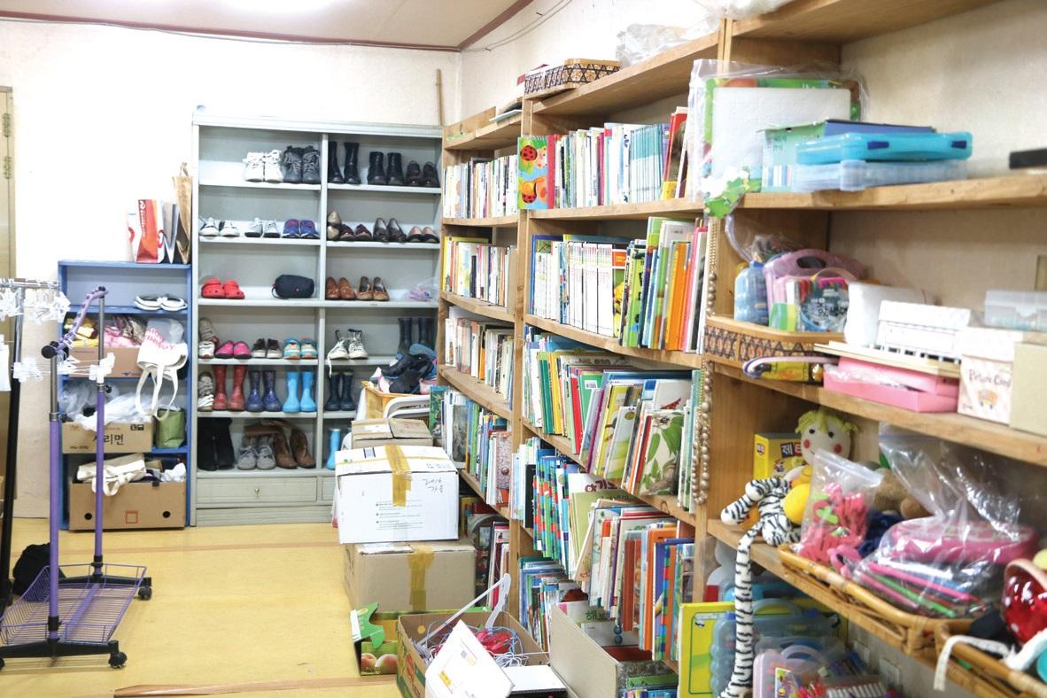 한생명에서 운영하는 나눔꽃 가게. 6년째 마을 주민과 외지인들이 안 쓰는 물건을 기증받아 팔며 나눔과 업사이클링으로 대량생산․대량소비의 고리를 끊는 실험을 하고 있다. 기증 받은 물건을 멋지게 리폼하는 마을의 바느질 모임도 함께 한다.