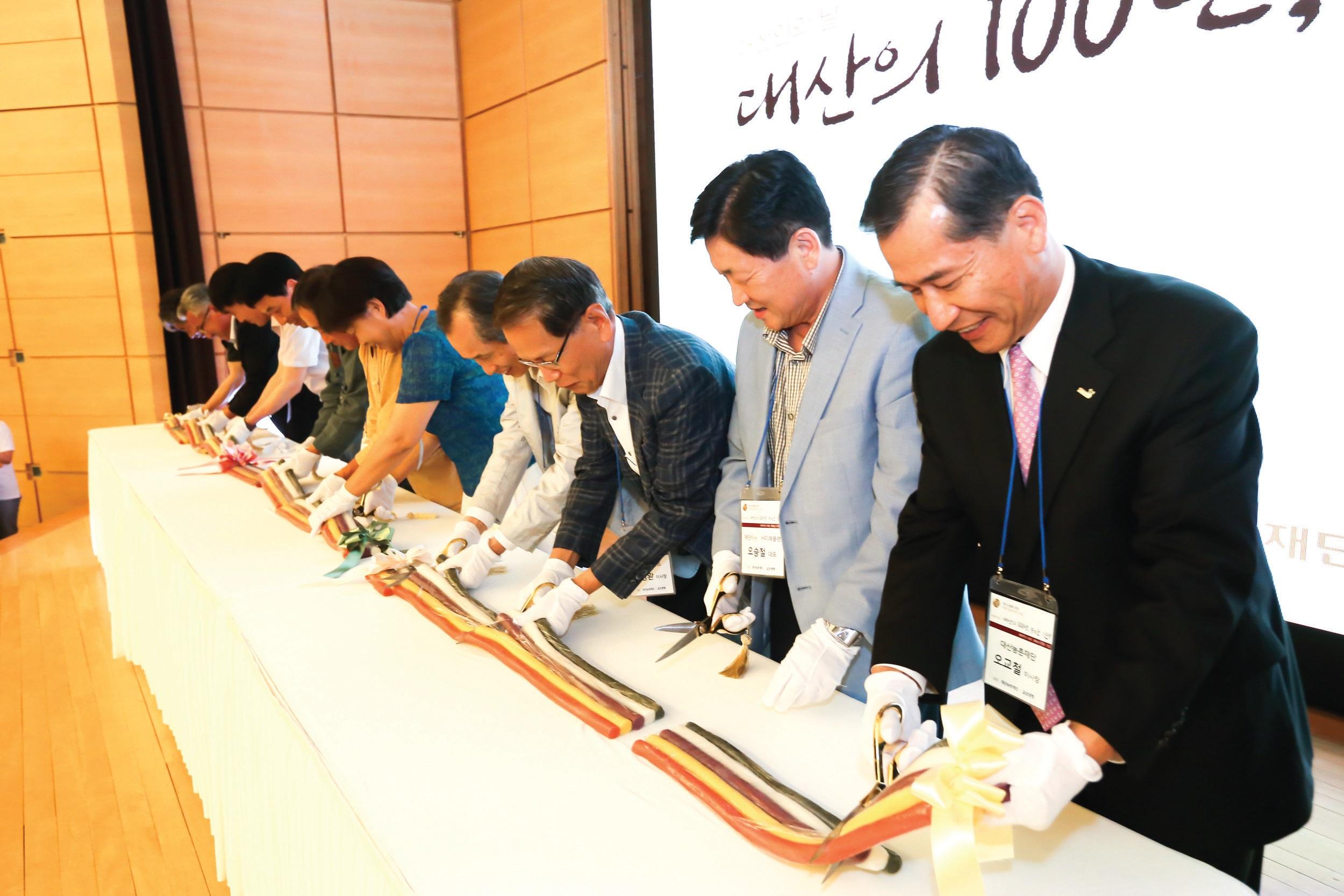 참석자들은 대산의 '100년'의 의미를 담은 100미터, '농'의 다원적 가치를 상징하는 '오색' 가래떡을 함께 자르며 축하했다.