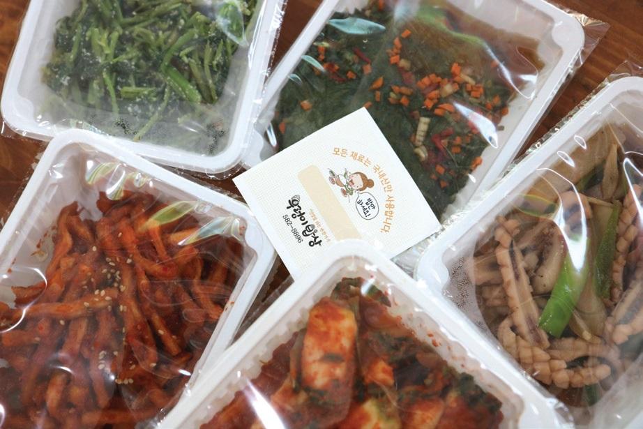지역 생협과 소농의 친환경 농산물을 재료로 그날그날 만드는 우렁이밥상의 건강한 반찬.