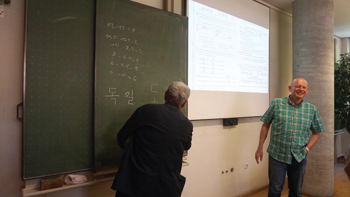 학생들은 한국에 대한 관심이 높았다. 농업직업학교 학생들의 요청에 따라 '독일'을 한글로 써보이고 있다.