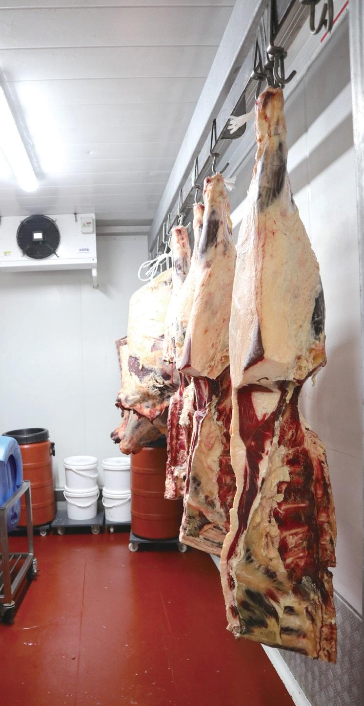 유기 가공장에서 직접 돼지를 가공하여 생산 비용을 낮추고 저렴한 가격으로 공급한다.