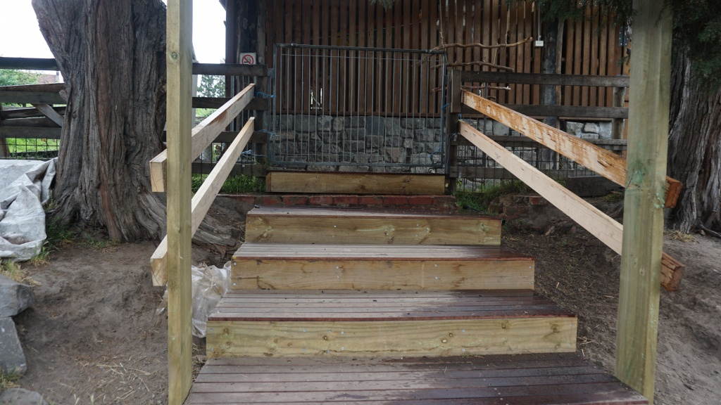 농장 프로그램에 참여하는 장애학생들이 만든 나무 계단. 단순한 체험보다 성취를 이끌어 내는 프로그램을 통해 학생들의 자신감을 키운다.
