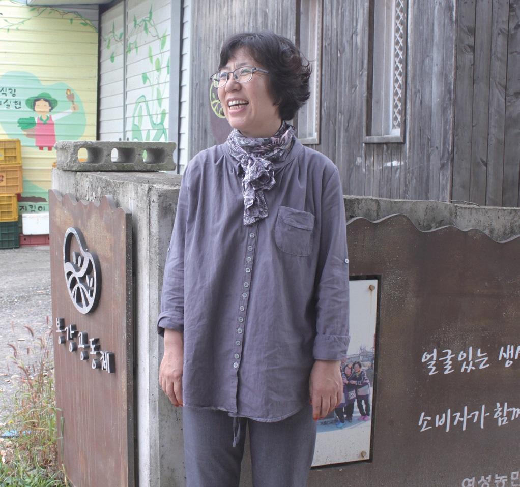 상주시 외서면 봉강공동체 작업장 앞에 선 김정열. 이곳은 단순한 작업장이 아니다. 여성농민들이 꾸러미사업 회의를 하고 가끔씩 영화도 보고 수다를 떠는, 마을에 없어서는 안 될 소중한 공동체 공간이다.