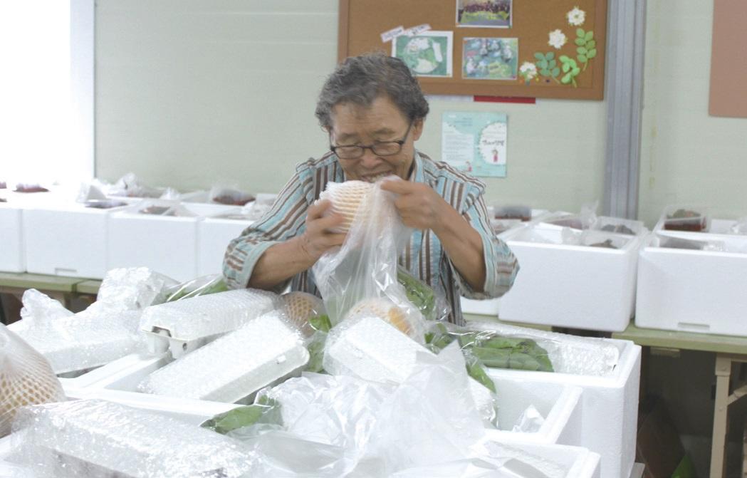 봉강공동체의 최고참인 문달님(79) 할머니가 즐거운 표정으로 꾸러미를 포장하고 있다. 1990년 24살의 김정열은 봉강리와 처음 인연을 맺고, 문 할머니 댁에 머물면서 여성농민의 삶을 시작했다.