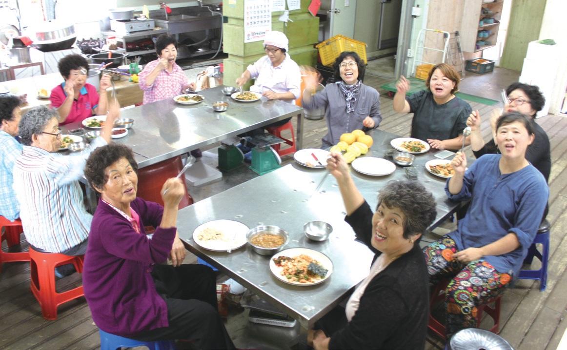 꾸러미 박스 포장을 모두 마치고 다함께 식사를 하는 봉강 공동체 여성농민들. 전체 회원 13명중 11명이 모였다.