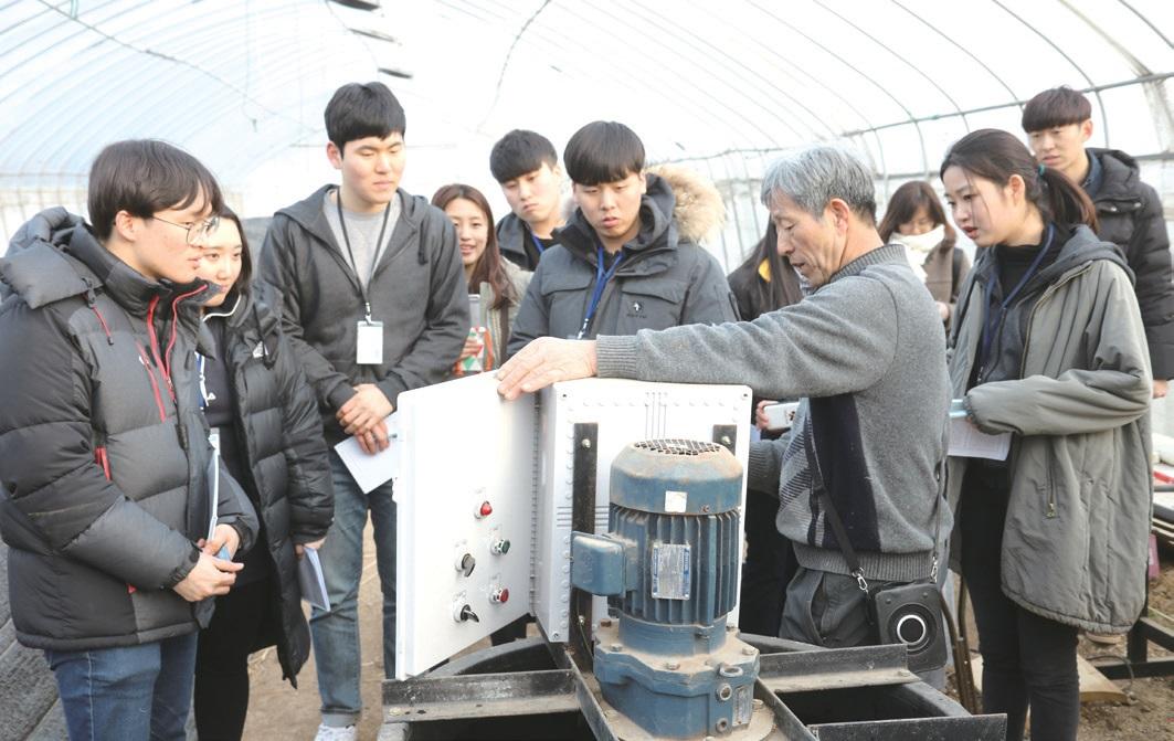 생명역동농법에 쓰이는 증폭제 제조기를 견학 중인 학생들. 김준권 평화나무농장 대표는 자동 제조기를 개발하고 농사 달력을 배포하는 등 생명역동농법 확산에 헌신적인 노력을 기울이고 있다.