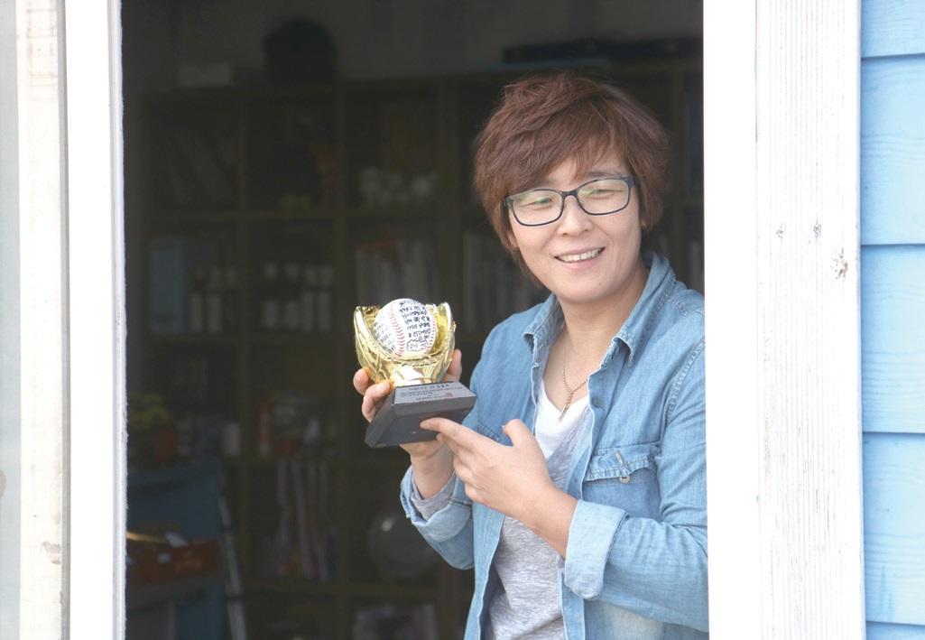 답답할 때는 야구배트로 공을 치며 스트레스를 풀 정도로 야구를 좋아한다는 김 대표는 충북 유일의 여자야구단 '블랙캣츠'를 창단하기도 했다.