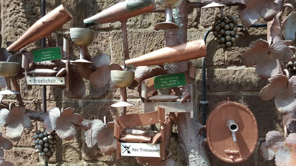 포도주를 콘셉트로 하여 만든 마을의 조형물