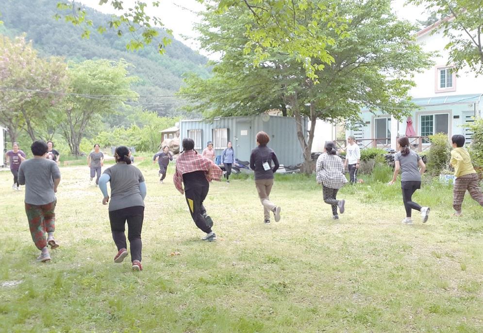 2017년 5월 남원 산내면에서 열린 '지리산 자기방어캠프'. 전국에서 30여 명의 성인 여성, 청소년이 참여해 폭력을 막는 자기방어 강의와 훈련을 함께했다.