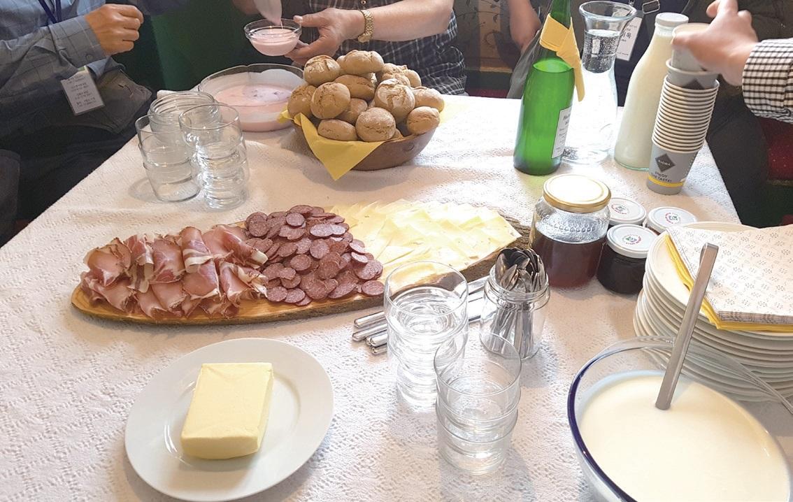 요구르트, 햄과 치즈 등 피르흐너호프 농가에서 만든 전통 빵과 함께 차려진 농가의 식탁. ⓒ남창우
