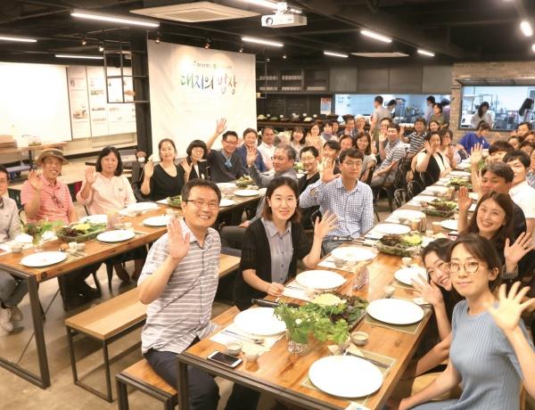 서울혁신파크 맛동에서 열린 대지의 밥상 6월 행사(류근모 장안농장 대표 편).