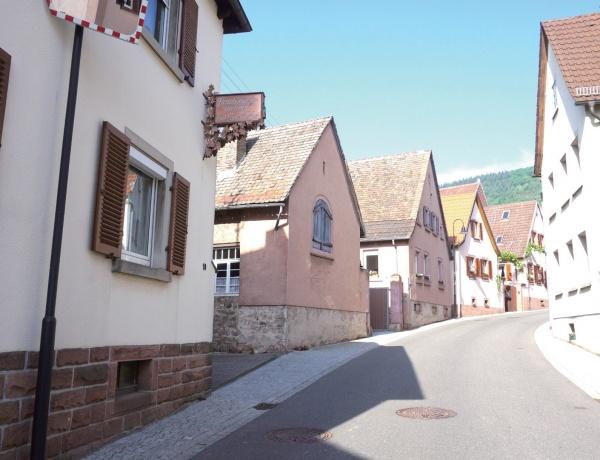 바이어 마을 입구. 400~500년 된 집들이 이어져 있다.