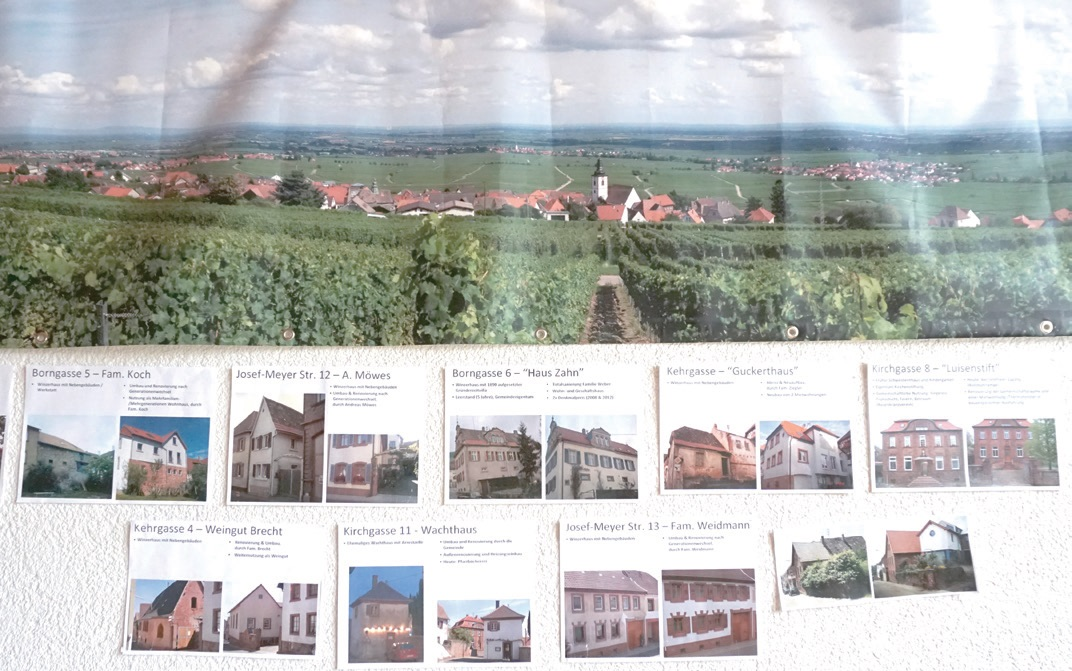 마을회관 벽면. 마을의 형성과 변천 과정을 그대로 기록해놓았다.