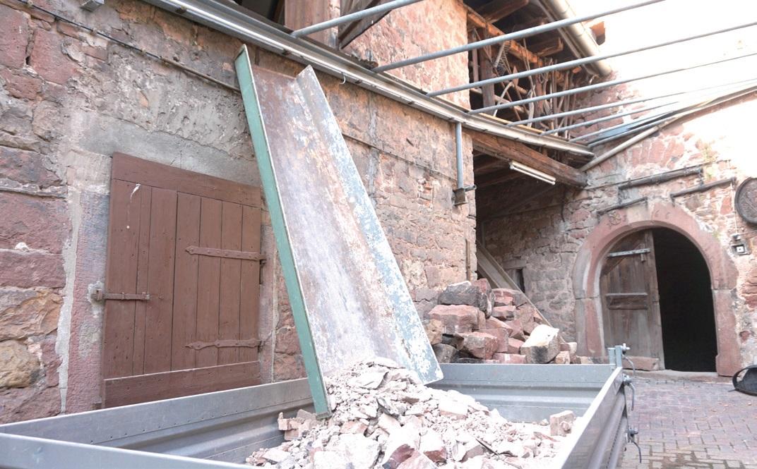 건물 외형은 과거 모습 그대로 유지하고 내부만 용도에 맞춰 수리한다.
