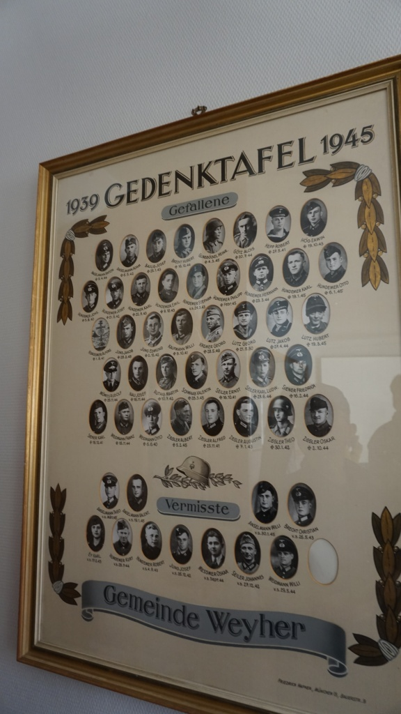 1, 2차 대전 때 목숨을 잃거나 행방불명된 마을 사람들의 사진이 의회 사무실 벽에 걸려있다.