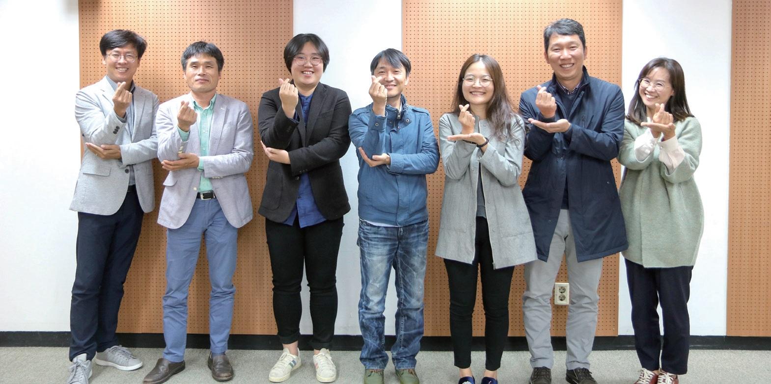 대산농촌문화 통권 100호 기념 좌담회가 끝나고 참석자들이 함께 기념촬영을 했다.