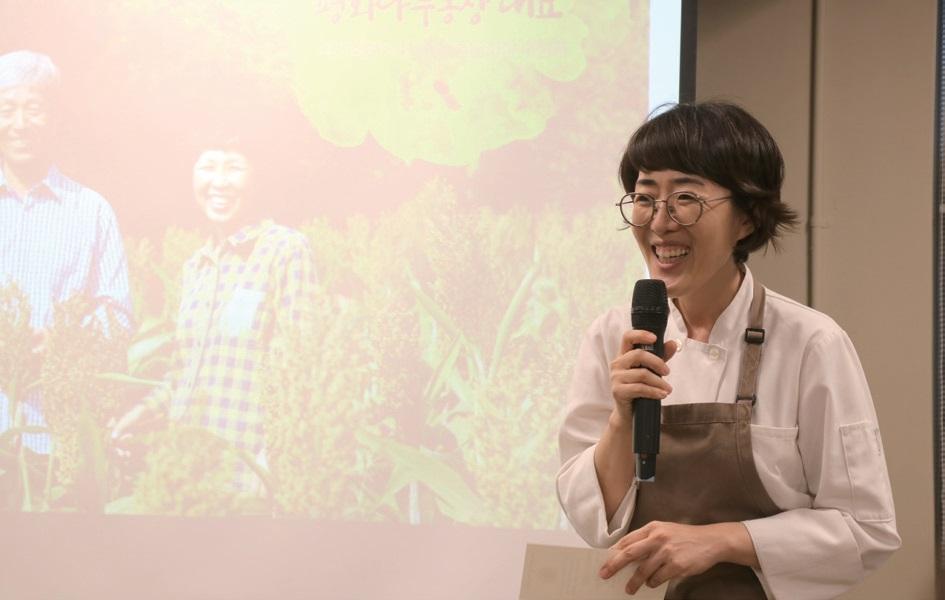 김현정 통영O'wall 셰프는 평화나무농장의 농산물을 가장 빛낼 수 있는 요리가 무엇인지 고민해 특별한 밥상을 차려냈다.