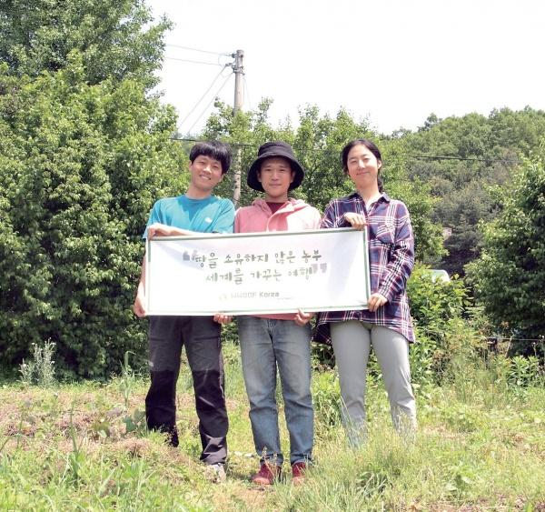 대학 졸업 후 우프WWOOF를 통해 여러 농가를 돌아다니고 있다. 종합재미농장(경기 양평) 농장주 부부와 함께한 사진. ⓒ김신범