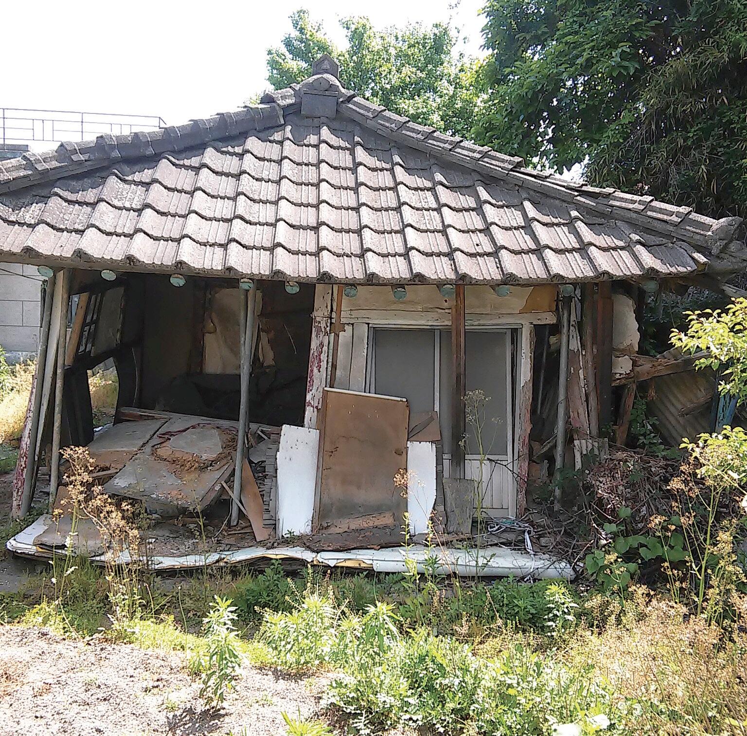 허물어지는 농촌의 빈집들.