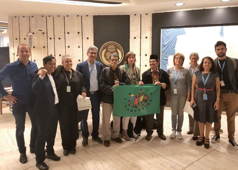 비아캄페시나 대표들과 지원단체들이 지난해 9월 28일 스위스 제네바에서 열린 유엔 인권이사회에서 농민권리선언 채택을 확인하고 기념사진을 찍었다. ⓒ비아캄페시나