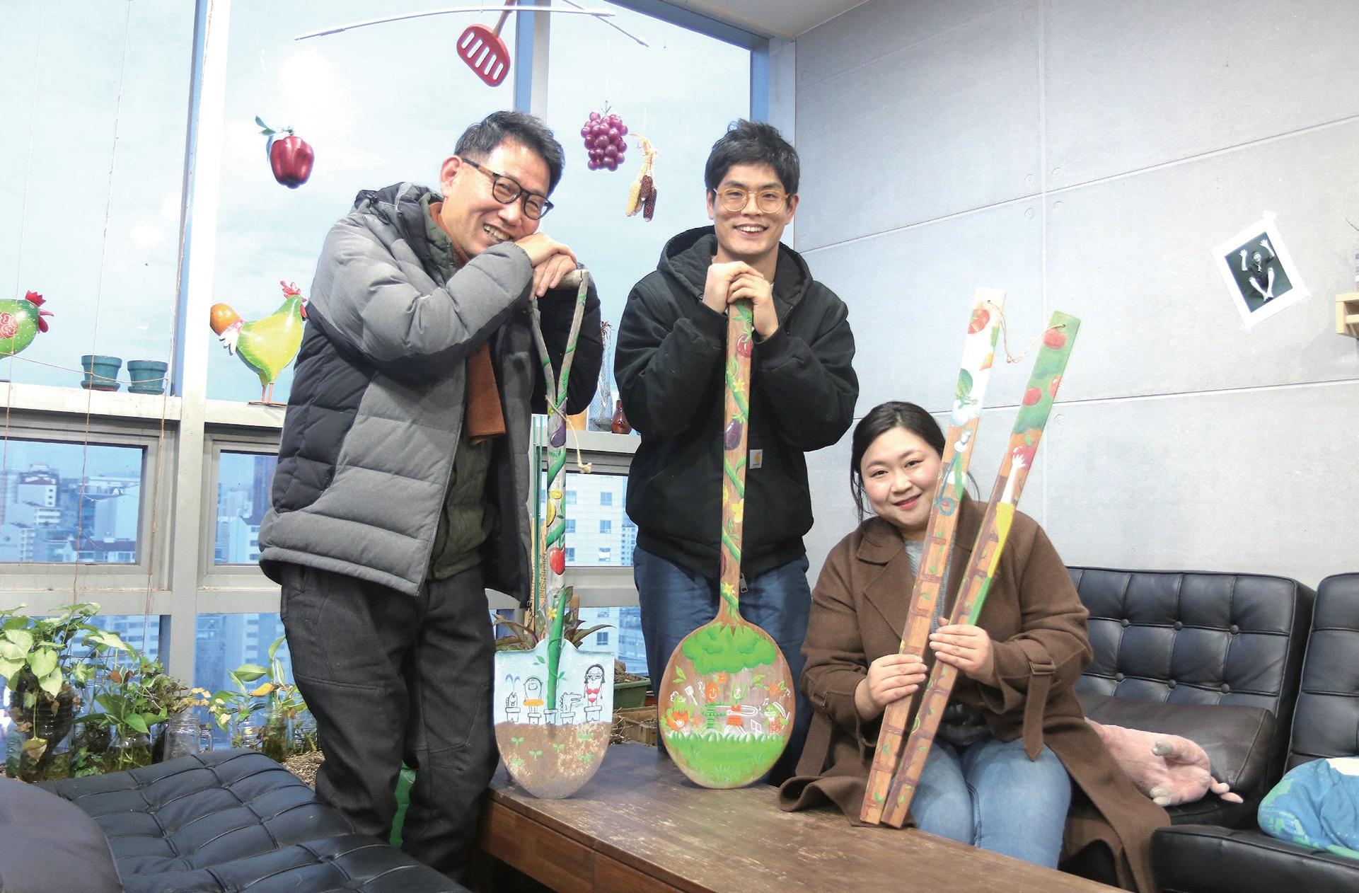 농촌과 먹거리를 상징하는 삽, 숟가락, 젓가락에 알록달록 색을 입혔다. 홍천기 대표(왼쪽부터), 홍서웅 팀장, 장은비 씨.