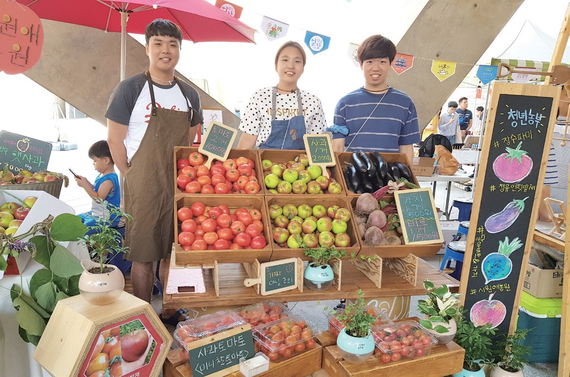 청년얼장에서 청년농부와 청년기획단이 함께 문을 연 '과일가게' 모습. ⓒ얼굴있는 농부시장