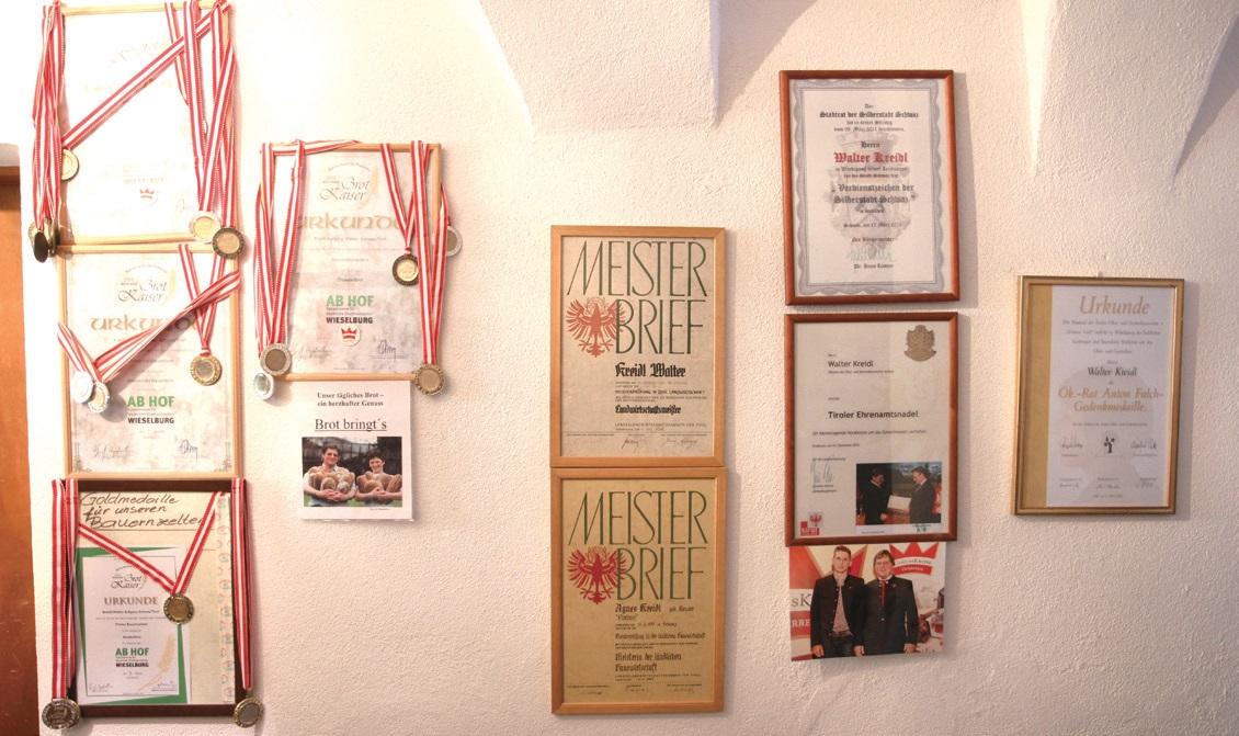 농가 벽면에 걸려있는 상징과 메달이 클라이들 씨의 유일한 홍보수단이다.