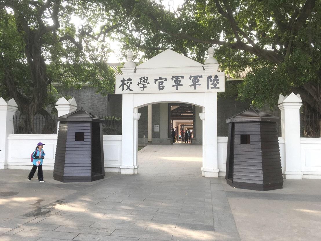 션징마을은 약산 김원봉 선생이 재학했던 황포군관학교의 건물이 남아있는 오래된 마 을이다.