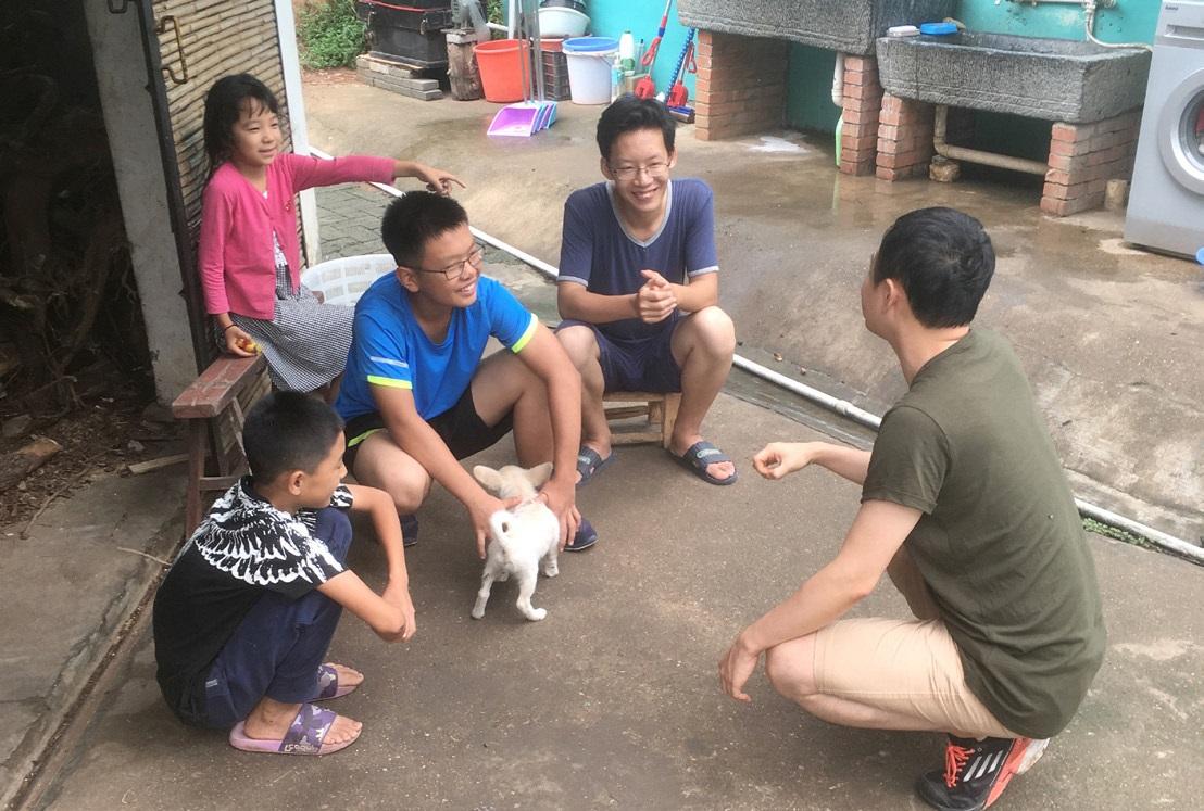 녹생방주 농장에서 아이들과 담소를 나누는 한국인 자원봉사자 교사.