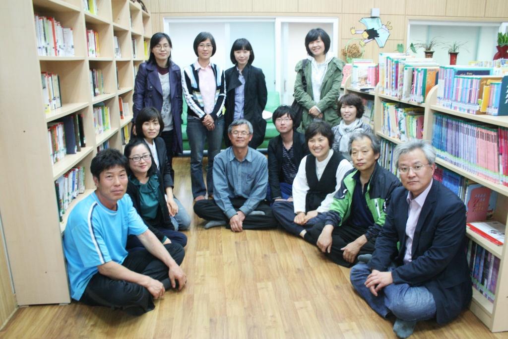 배바우도서관을 운영하는 안남주민들. ⓒ옥천신문