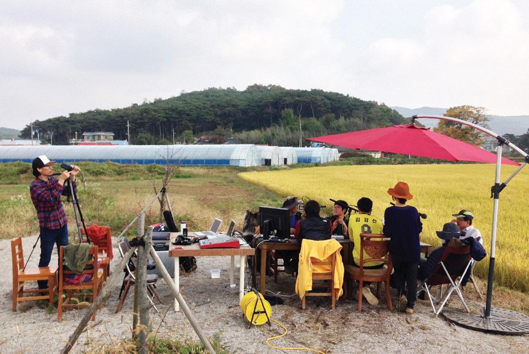 충남 홍성군의 청년농민들이 모여 팟캐스트를 제작하는 모습. ⓒ협동조합젊은협업농장