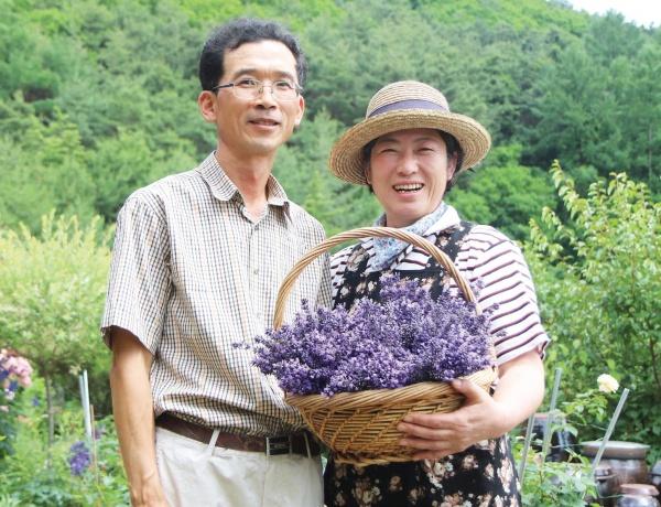 '내 마음의 외갓집'을 운영하고 있는 활기차고 씩식한 아내 김영미 씨, 차분하고 섬세한 남편 임소현 씨.